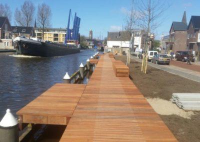 Vlonder met banken aan de oude Rijn